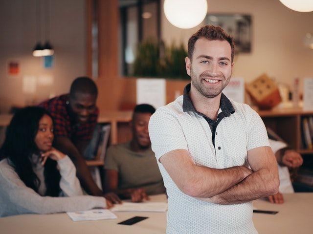 empreseario emprendedor dirigiendo a su equipo