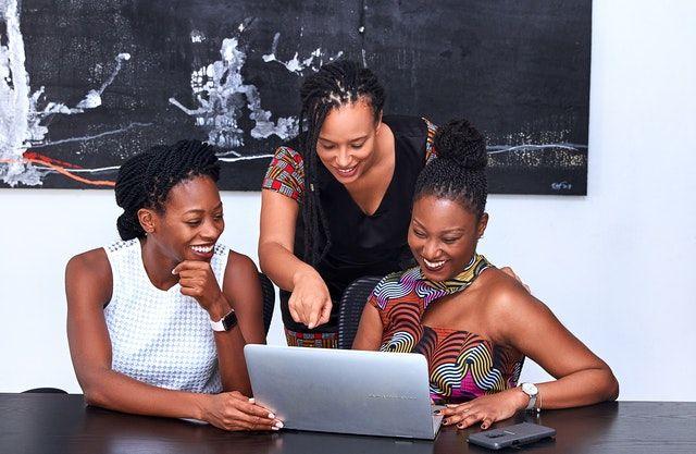 emprendedora con su equipo de trabajo