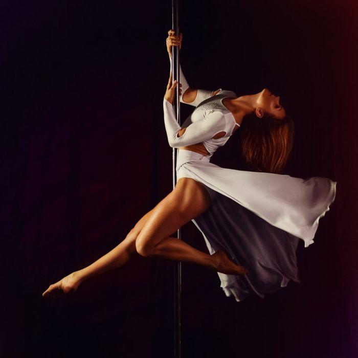 prostibulos - chica bailando en la barra