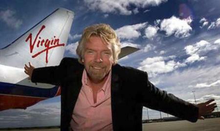 Richard Branson junto a su avión de la aerolínea Virgin Group