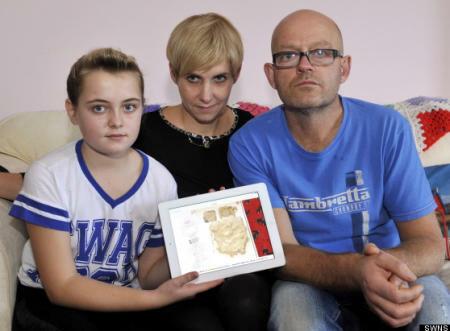 Colin Marsh con su familia mostrando el pegote de arcilla que recibieron en  lugar del iPad que supuestamente compraron.