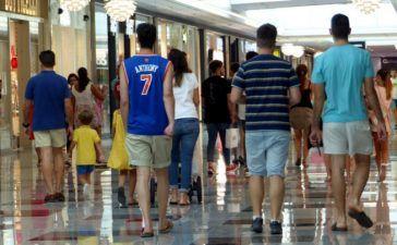 centro comercial y gente caminando por él