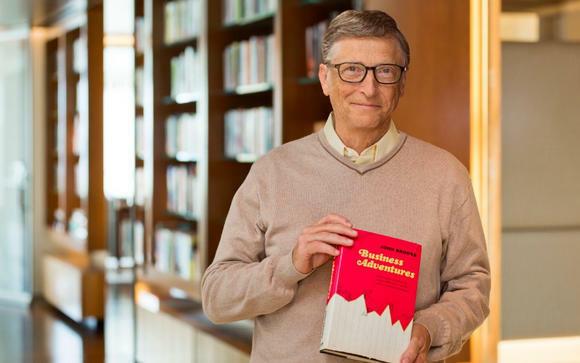 Bill Gates con el libro Business Adventures de John Brooks