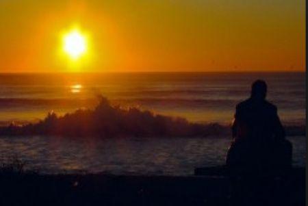 cambiar tu vida, playa, atardecer, hombre sentado en la playa