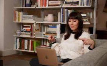 Laura Belgray trabajando sofa casa