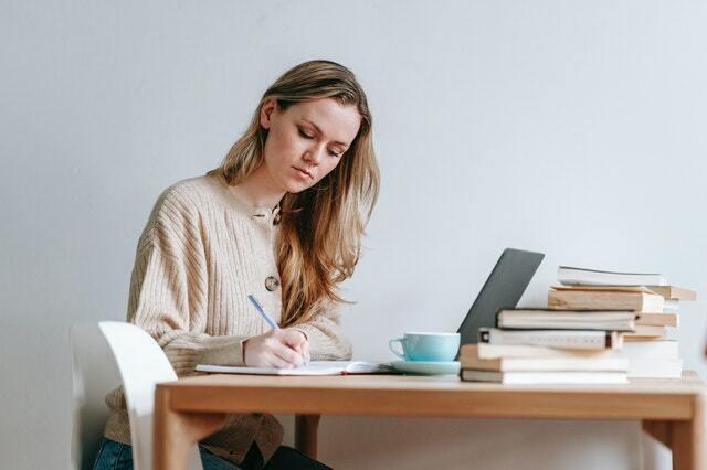 emprendedora gestionando un negocio desde casa