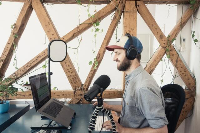 podcaster hombre grabando un podcast - ideas de negocios desde casa