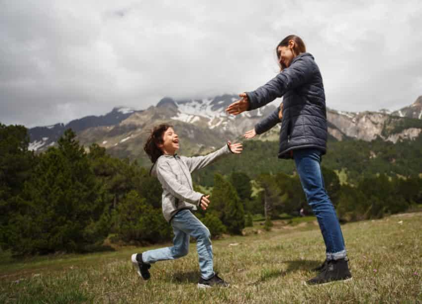 felicidad - mujer jugando con su hijo