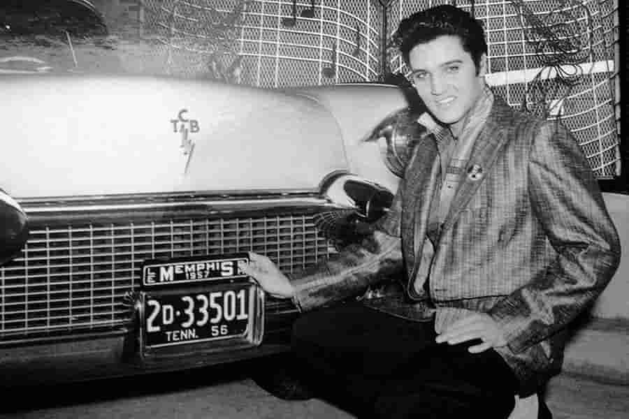 Elvis presley con su coche en 1950