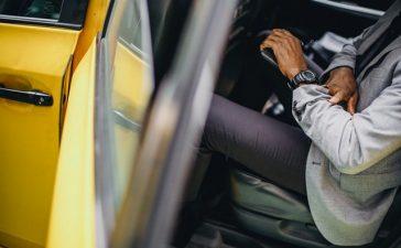 hombre subiéndose a un taxi