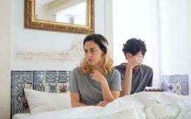 mujer nsatsfecha en la cama y hombre preocupado