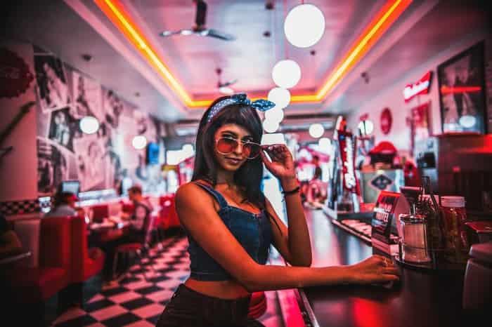mujer en la barra de un bar
